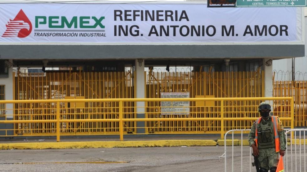 AMLO denuncia robo de combustible en refinería de Salamanca - Guanajuato Refinería Salamanca Militares 2