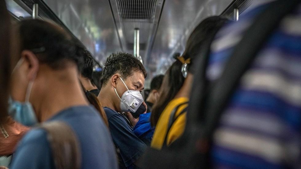Beijing suma 25 nuevos casos de COVID-19, cuatro más que el día anterior - Hombre con mascarilla en metro de Beijing. Foto de EFE