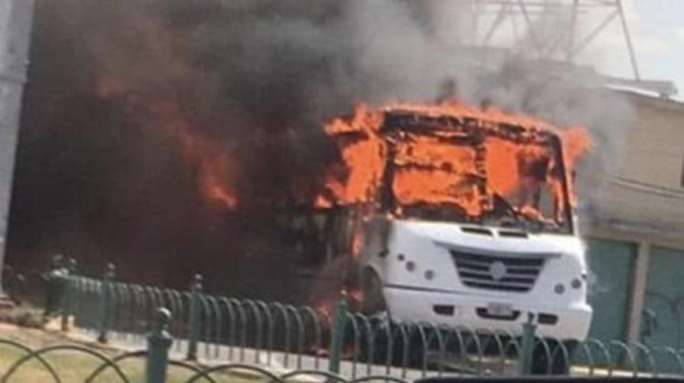 Detención de 26 personas ligadas al Cártel de Santa Rosa de Lima provocó quema de vehículos y bloqueos en Guanajuato - Incendio de autobús en Celaya. Foto Especial