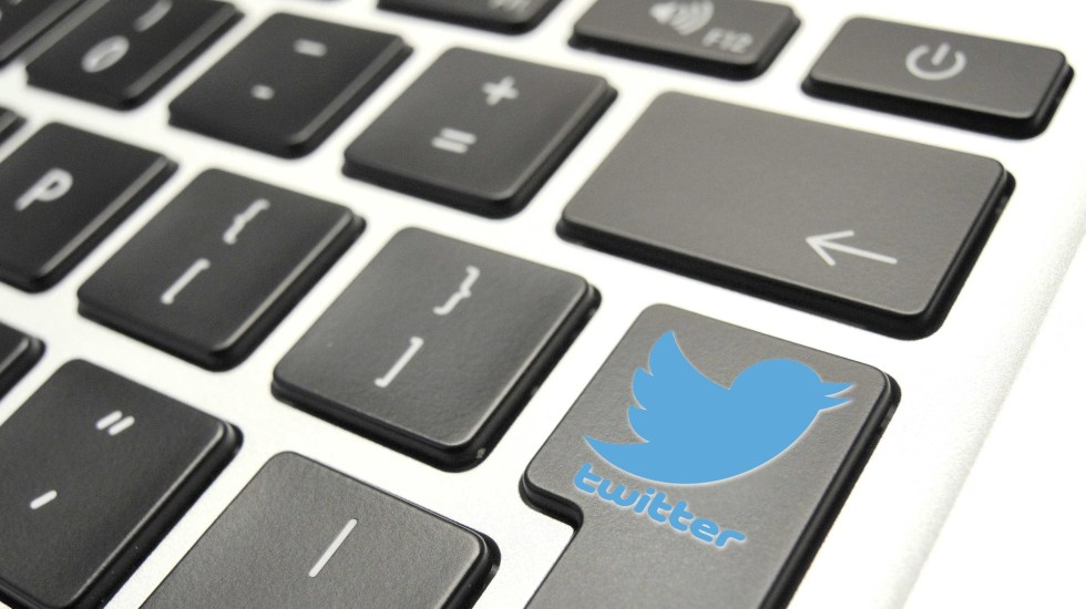 Arremete AMLO contra redes sociales tras presunta censura a Trump - Logo de Twitter en teclado de computadora. Foto de EFE