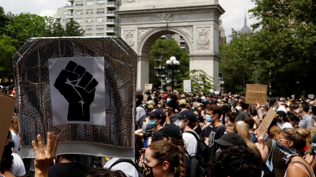 Levantan toque de queda en Nueva York tras protestas pacíficas - Manifestación pacífica en el Washington Square Park de Nueva York por muerte de George Floyd. Foto de EFE