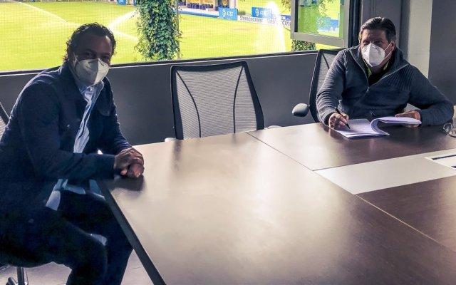 Miguel Herrera renueva contrato, hasta 2024, como técnico del América - Miguel Herrera (derecha) , firmando la extensión de su contrato con Santiago Baños (izquierda), presidente del Club América. Foto de @ClubAmerica