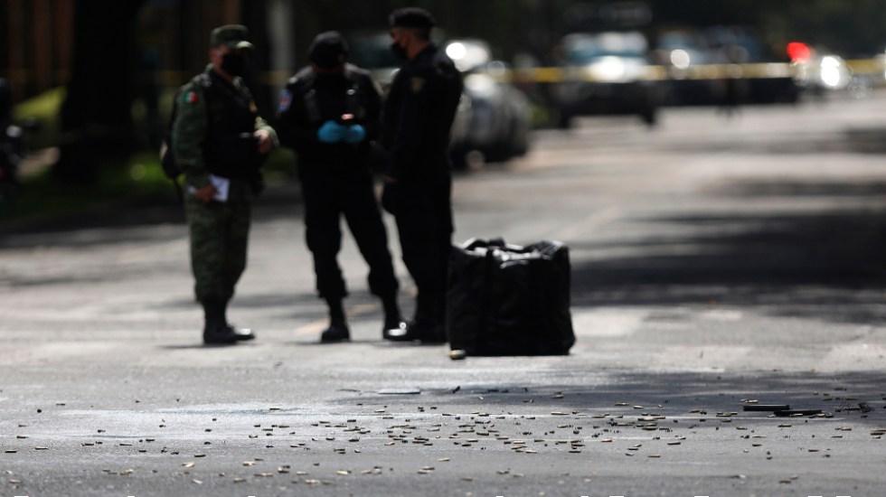 Suman 69 mil 660 homicidios dolosos en lo que va del sexenio de AMLO - Detalle de casquillos percutidos en la zona del atentado por un grupo armado al secretario de Seguridad Ciudadana de la Ciudad de México, Omar García Harfuch,. Foto de EFE
