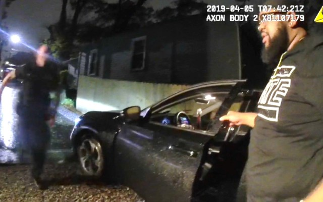 #Video Policías de Atlanta se burlan de afroamericano tras romperle el tobillo - Foto de captura de pantalla