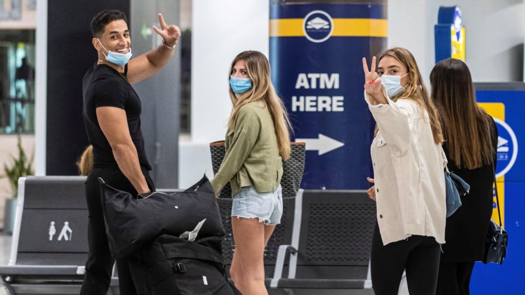 España recibe a sus primeros visitantes tras reapertura de fronteras - Viajeros con cubrebocas a su llegada al Aeropuerto de Palma de Mallorca. Foto de EFE