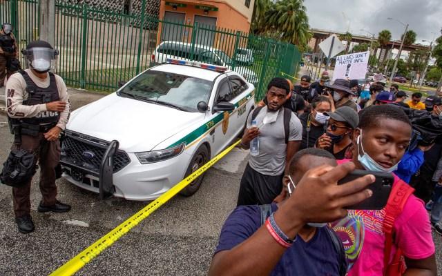 Detienen a mujeres por vandalizar casa de policía implicado en muerte de George Floyd - Protesta en Miami, Florida, por muerte de George Floyd. Foto de EFE