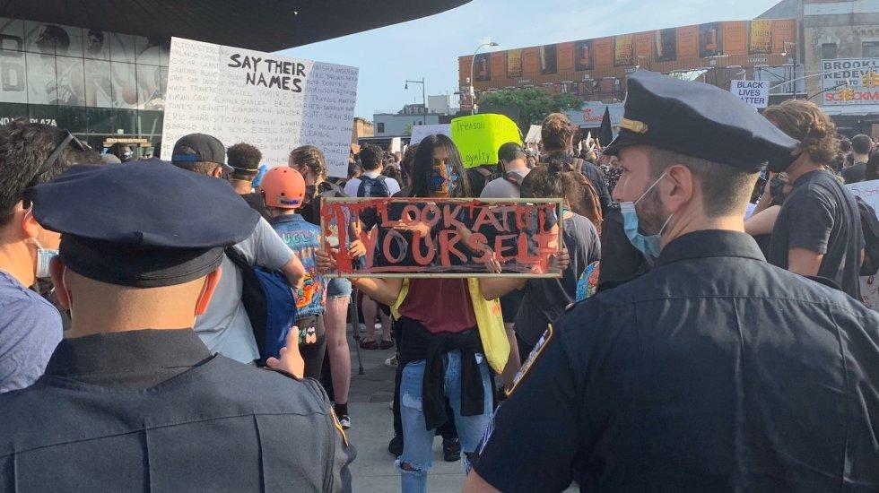 #Video Protestan con jazz en el Barclays Center de Brooklyn por la muerte de George Floyd - Foto de @andyratto