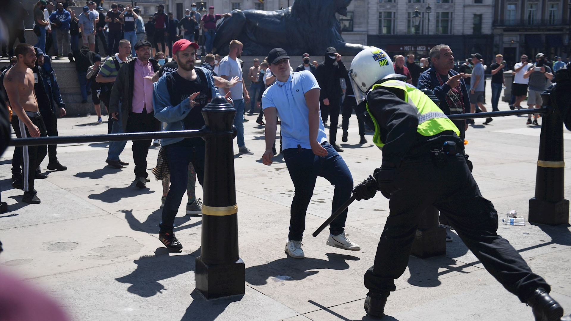 Forcejeos entre manifestantes y policías durante protestas en Londres