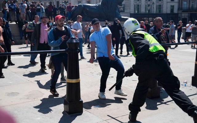Forcejeos entre manifestantes y policías durante protestas en Londres - protestas Londres