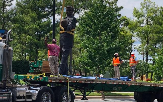 Panteras de Carolina retira estatua de Jerry Richardson por temor a vandalismo durante protestas raciales - Retiran estatua de Jerry Richardson