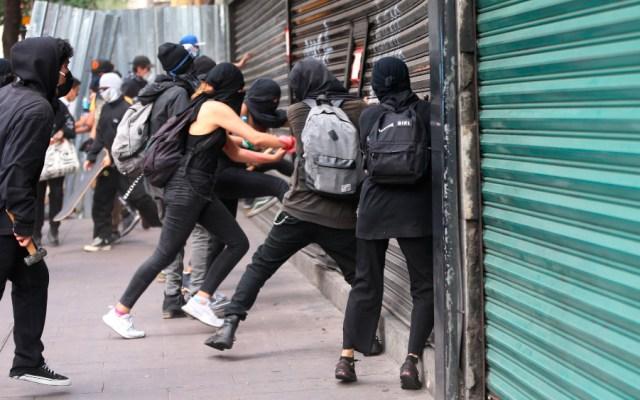 """""""Nosotros no somos represores"""": AMLO sobre violencia y saqueos en protestas en CDMX - Saqueos en la Ciudad de México durante una marcha contra la brutalidad policial. Foto de EFE"""