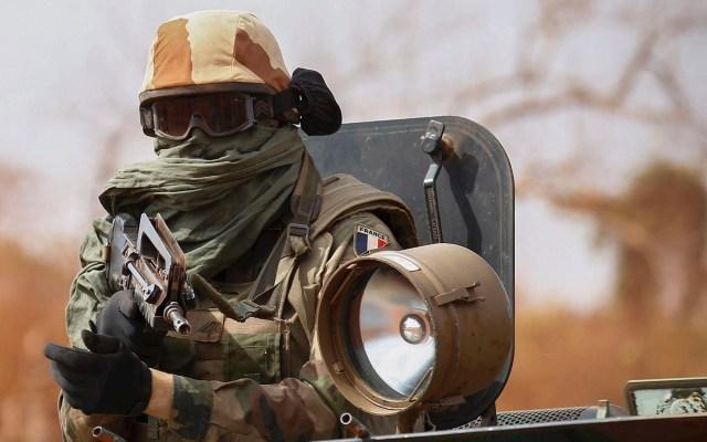Al Qaeda confirma muerte de su líder en el Magreb tras bombardeo francés - soldado francés a bordo de un vehículo militar en Mali