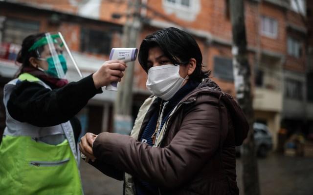 Pandemia de COVID-19 está empeorando, advierte OMS - Personal de sanidad realiza un control febril en el Barrio Fraga de Chacarita en la Ciudad de Buenos Aires, Argentina. Foto de EFE