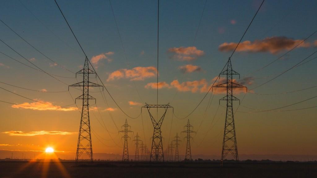 SCJN declara que nueva política energética beneficia indebidamente a CFE - Torres de energía eléctrica. Foto de  Matthew Henry / Unsplash