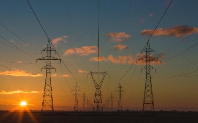 Juez rechaza frenar aumentos a energías renovables - Torres de energía eléctrica. Foto de  Matthew Henry / Unsplash