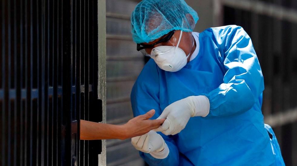 Perú suma más de 5 mil muertos por COVID-19 - Trabajadores del ministerio de Salud de Perú toman muestras a domicilio para detectar el COVID-19, en Lima, Perú