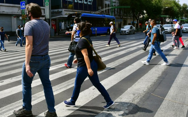 Ciudad de México pasará, la próxima semana, a semáforo naranja de riesgo por COVID-19 - Transeúntes en la Ciudad de México. Foto de EFE