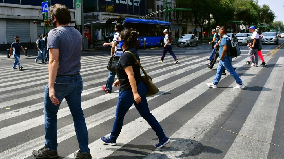 No hay momento adecuado para volver a la cotidianidad por COVID-19: experto de la UNAM - Transeúntes en la Ciudad de México. Foto de EFE