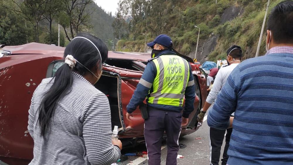 Policía calma a niño accidentado enseñándole videos en plena avenida en Quito