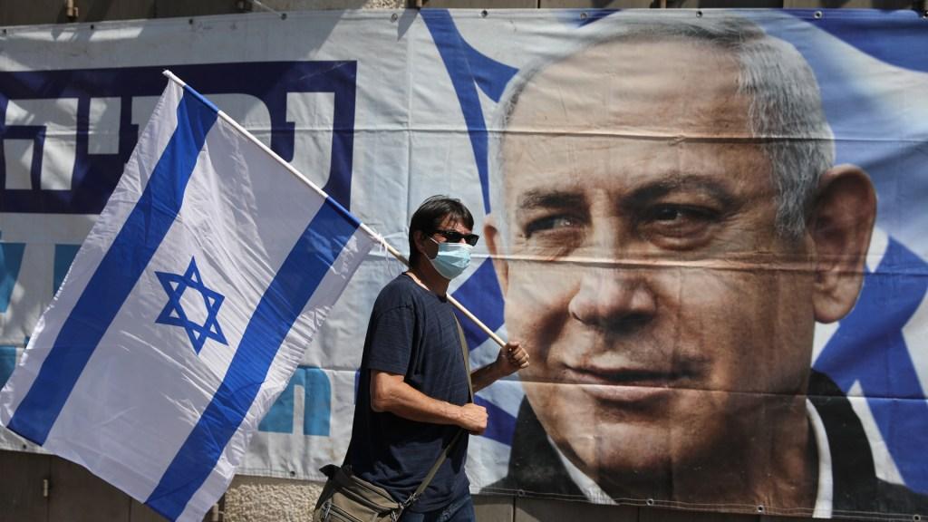 Avanza juicio contra Netanyahu en medio de crecientes protestas - Adepto al Gobierno de Benjamín Netanyahu afuera del Tribunal de Distrito de Jerusalén. Foto de EFE