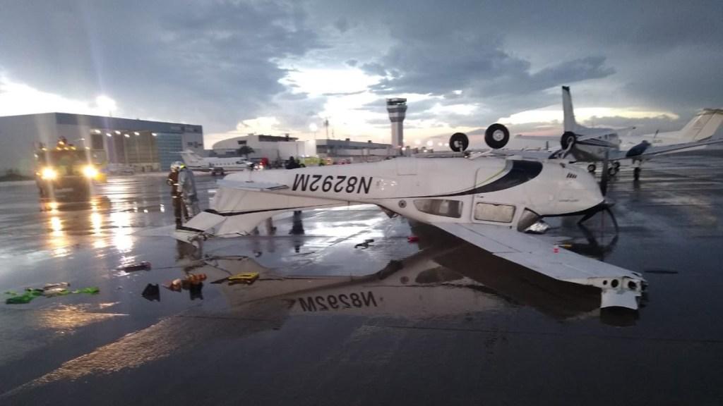 Aeropuerto de Querétaro reanuda operaciones tras tormenta - Aeronave dañada por tormenta en AIQ. Foto de @CNqueretaro