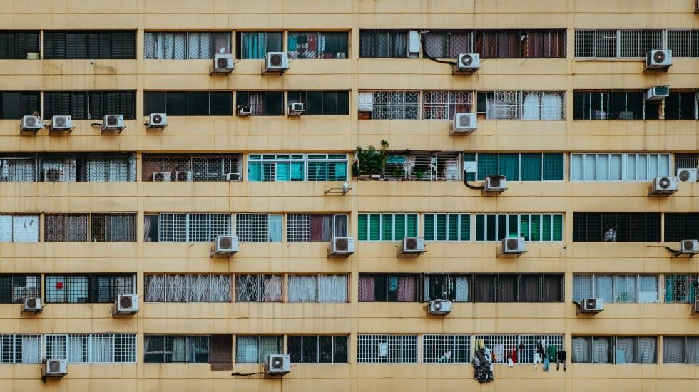 Eliminar gases HFC del aire acondicionado es clave contra la crisis climática - Aires acondicionados en edificio de Singapur. Foto de Annie Spratt / Unsplash