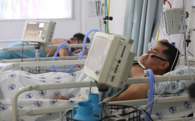 México supera los 684 mil casos y las 72 mil muertes por COVID-19 - Área de terapia intensiva por COVID-19 en el Hospital Juárez de la Ciudad de México. Foto de EFE