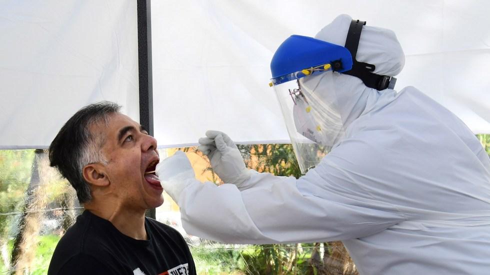 En las últimas 24 horas, México registró 5 mil 658 nuevos casos de COVID-19 y 626 muertes - Atención de hombre en kiosco para atender posibles casos de COVID-19 en la CDMX. Foto de EFE