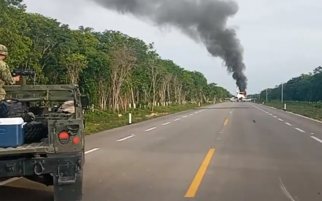 Aseguran jet en carretera de Quintana Roo; tripulantes la habrían incendiado para escapar - Avión Quintana Roo carretera incendio asegurado
