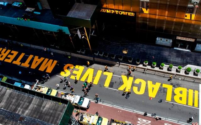 """Pintan""""Black Lives Matter"""" frente a la Torre Trump en Nueva York - Black Lives Matter Torre Trump NY"""