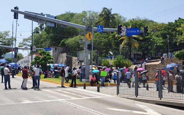 Trabajadores del ayuntamiento de Acapulco realizan bloqueos en principales vialidades del puerto - Foto de Acabús