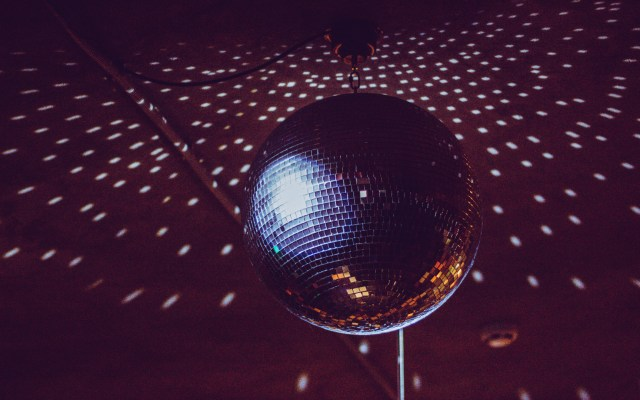 OMS considera que negocios nocturnos deberían cerrarse ante rebrotes - Bola de discoteca. Foto de Regina Valetova / Unsplash