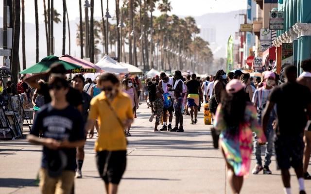 California ordena cierre de actividades en interiores tras aumento de casos de COVID-19 - Venice Beach en la reapertura en California. Foto de EFE/EPA/ETIENNE LAURENT.