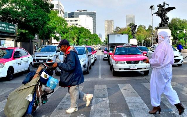 Ciudad de México permanecerá en Semáforo Naranja de riesgo epidemiológico por COVID-19 - Personas caminan este martes en el Centro Histórico de la Ciudad de México. Foto de EFE