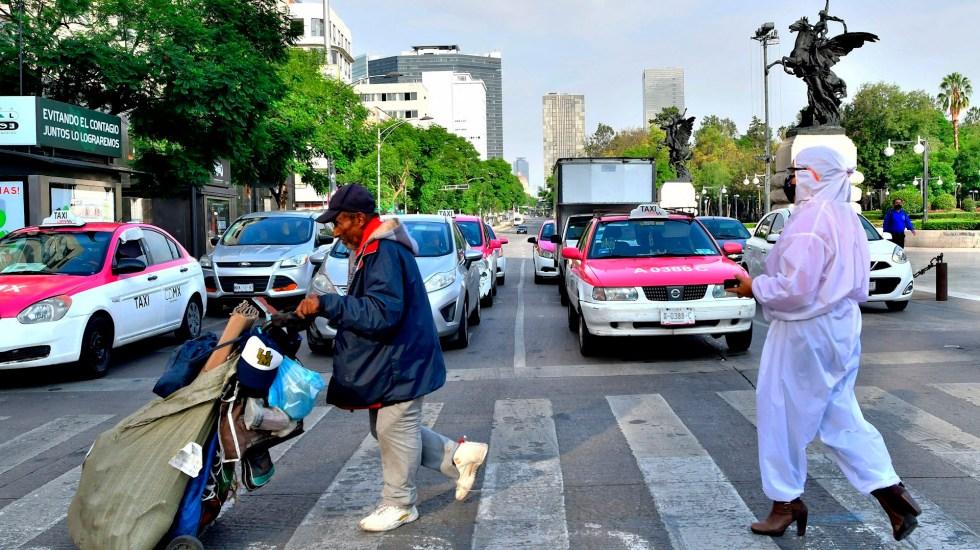 Personas con menos recursos tienen garantizado acceso a vacuna, afirma AMLO - Personas caminan este martes en el Centro Histórico de la Ciudad de México. Foto de EFE