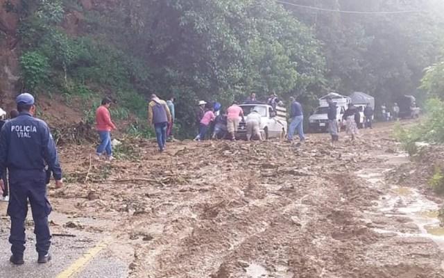 Lluvias causan deslaves en la carretera 182 de Oaxaca - Deslave en el km 73+300 de la carretera 182 de Oaxaca. Foto de @PolVial_GobOax