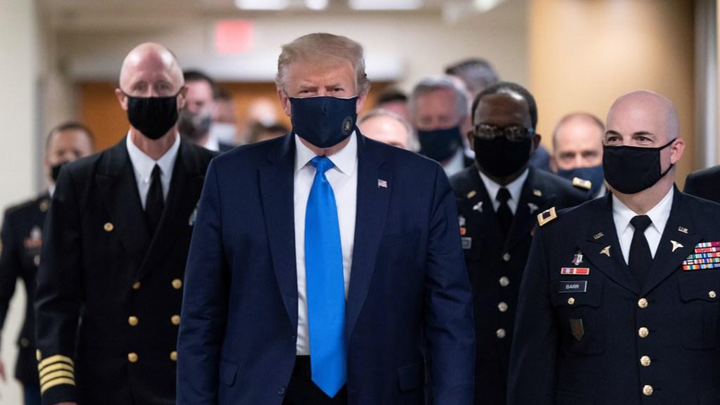 Donald Trump presume que usar cubrebocas es 'patriótico' - Donald Trump con cubrebocas en su visita al hospital militar Walter Reed. Foto de EFE