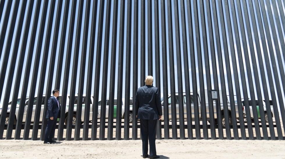 Trump llama a Biden a mantener sus medidas migratorias y el muro fronterizo con México - Donald Trump frente al nuevo muro fronterizo con México en Arizona, Texas. Foto de @realDonaldTrump
