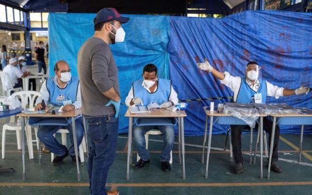 Ni el COVID-19 frena participación en elección presidencial de República Dominicana - Elector a la espera de votar en República Dominicana. Foto de EFE