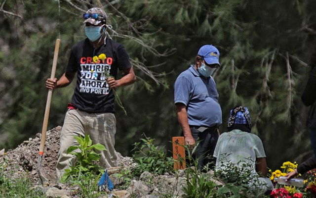 América Latina subregistra hasta 80 por ciento de las muertes por COVID-19 - Entierro de persona que murió por coronavirus en el cementerio Parque Memorial Jardín de los Ángeles, en Tegucigalpa, Honduras. Foto de EFE