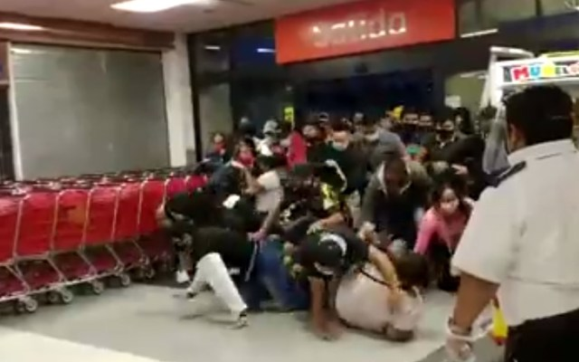 #Video Ofertas causan estampida en supermercado de Chilpancingo - Estampida en supermercado de Chilpancingo, Guerrero. Captura de pantalla / Fernando Beat