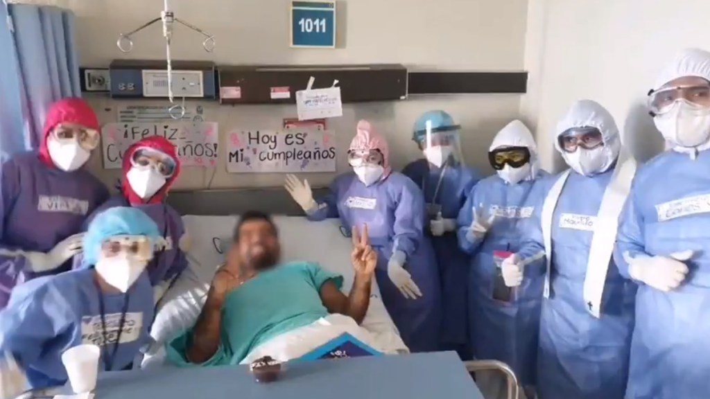 #Video Médicos del IMSS festejan cumpleaños de paciente con COVID-19 - Fiesta de cumpleaños a paciente con COVID-19 en IMSS de Jalisco. Foto de @Tu_IMSS
