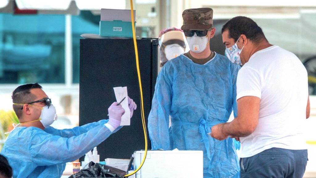 Nuevo récord de muertes diarias por COVID-19 impulsa debate sobre reapertura de escuelas en Florida - Foto de EFE
