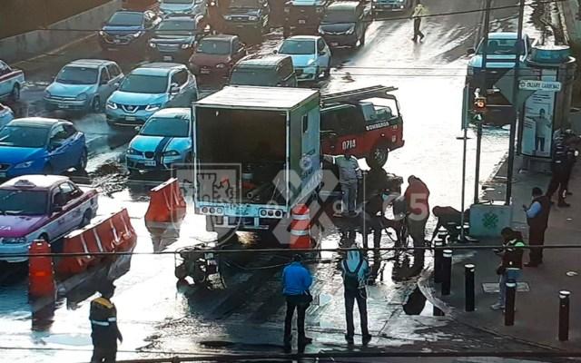 Obras provocan fuga de agua de casi dos metros de altura afuera del Metro Lázaro Cárdenas - Fuga de agua afuera del Metro Lázaro Cárdenas