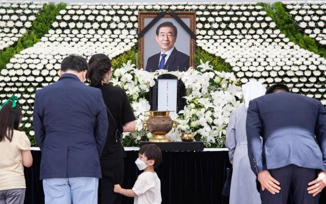 Rinden homenaje a alcalde de Seúl hallado muerto - Rinden homenaje al alcalde de Seúl, Park Won-soon, quien fue hallado muerto tras ser reportado como desaparecido. Foto de EFE