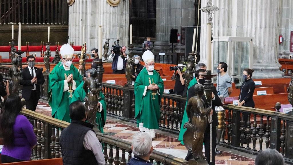 Iglesia católica mexicana reanuda misas tras cierre por pandemia - Feligreses católicos acuden este domingo a una misa en la Catedral Metropolitana de la Ciudad de México. Foto de EFE/José Pazos.