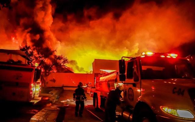 #Videos Incendio consume fábrica de cosméticos en Jiutepec, Morelos - Incendio en Industrias Lavin de Jiutepec, Morelos. Foto de @GobiernoMorelos