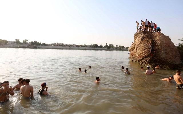Ola de calor concentra a iraquíes en el río Tigris - Los iraquíes nadan para refrescarse en el río Tigris en Bagdad, Iraq. Bagdad sufre una ola de calor al aumentar la temperatura a más de 48 grados centígrados, en medio de una aguda escasez de electricidad y la pandemia de coronavirus. Foto de EFE