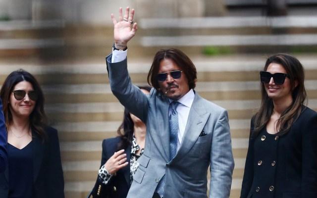 Guardaespaldas revela agresiones de Amber Heard a Johnny Depp - Johnny Depp saluda a su salida de los Reales Tribunales de Justicia de Londres. Foto de EFE