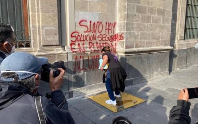 #Video Mujeres encapuchadas realizan pintas en Palacio Nacional - Foto de Contra Réplica